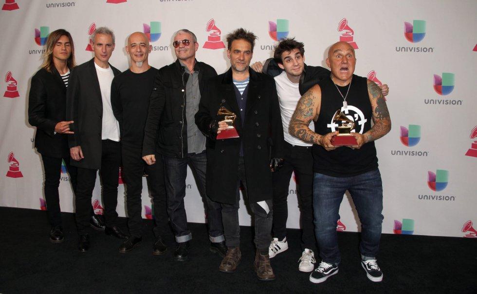 Los Fabulosos Cadilacs posan con su premio a Mejor Canción Rock y Mejor Álbum Rock.