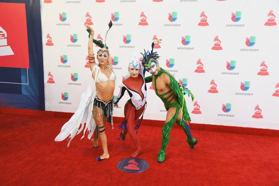 El Cirque du Soleil no faltó a la cita en los Grammy Latinos del T-Mobile Arena de las Vegas.