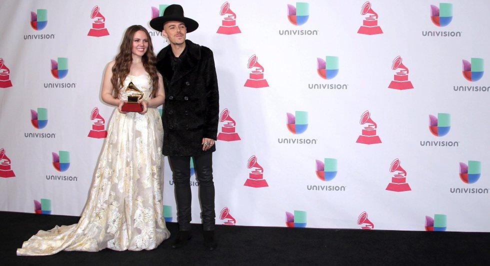 Jesse Huerta y Joy Huerta (Jesse y Joy) posan con el premio a Mejor Álbum Contemporáneo Pop Vocal.a