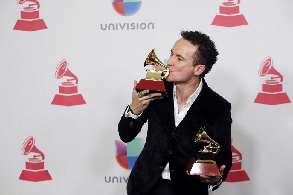Fonseca posa con su Grammy.