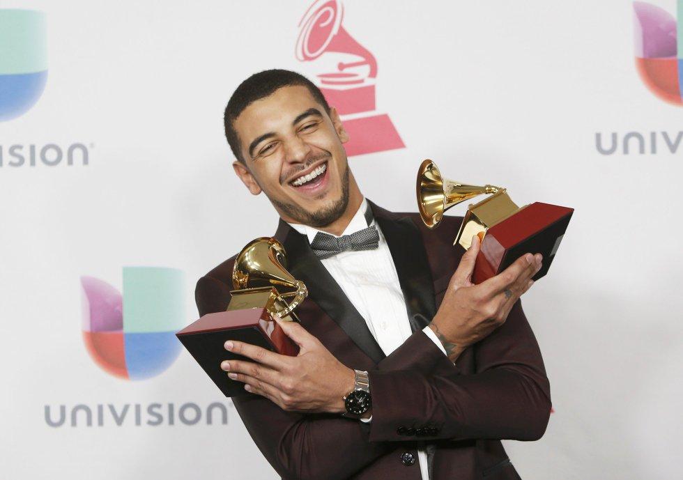 Manuel Medrano posa con sus dos Grammy por su album 'Manuel Medrano'.