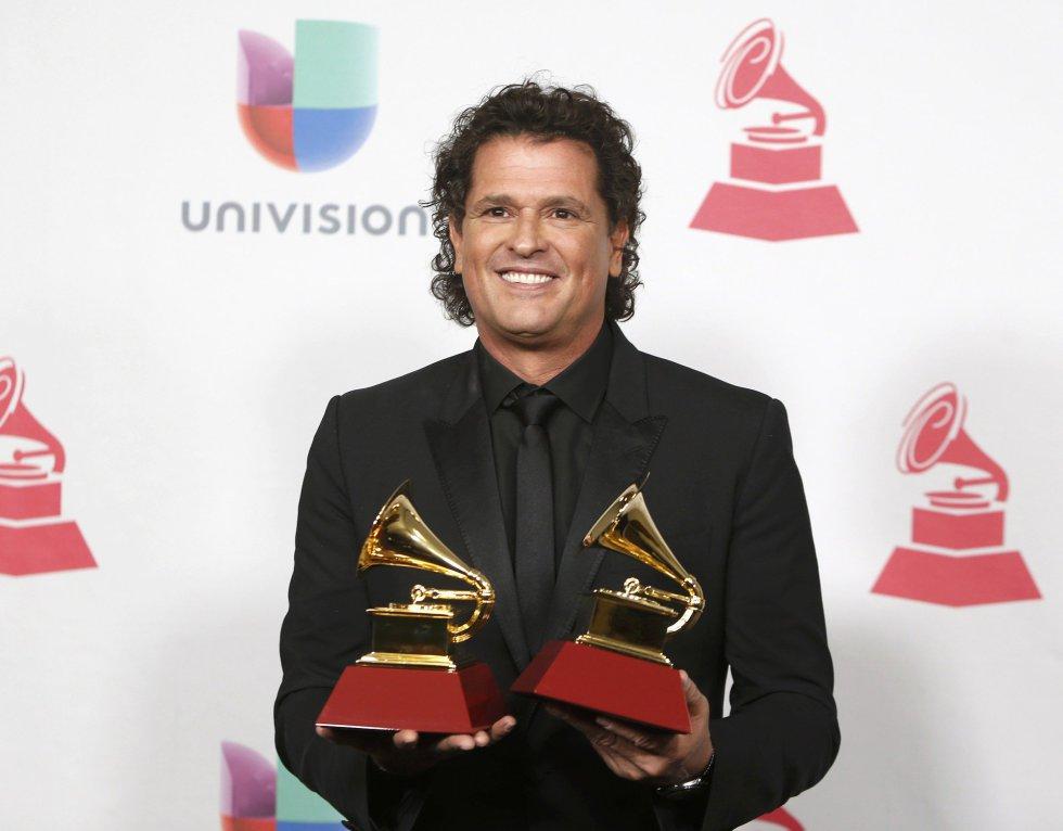 Carlos Vives posa con sus premios.