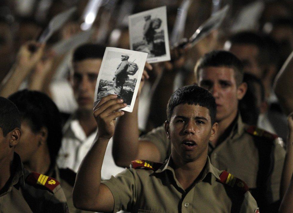 Miles de cubanos participan en el acto celebrado para despedir al fallecido líder cubano Fidel Castro, en la Plaza de la Revolución de La Habana (Cuba).