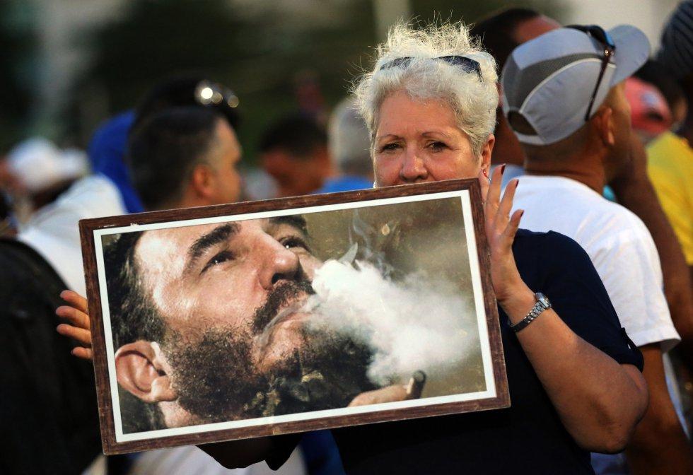 Miles de personas asisten al acto celebrado para despedir al fallecido líder cubano Fidel Castro, en la Plaza de la Revolución de La Habana (Cuba).