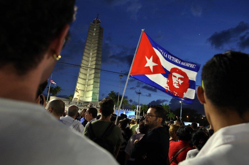 Miles de personas asisten hoy, martes 29 de noviembre de 2016, al acto celebrado para despedir al fallecido líder cubano Fidel Castro, en la Plaza de la Revolución de La Habana (Cuba).