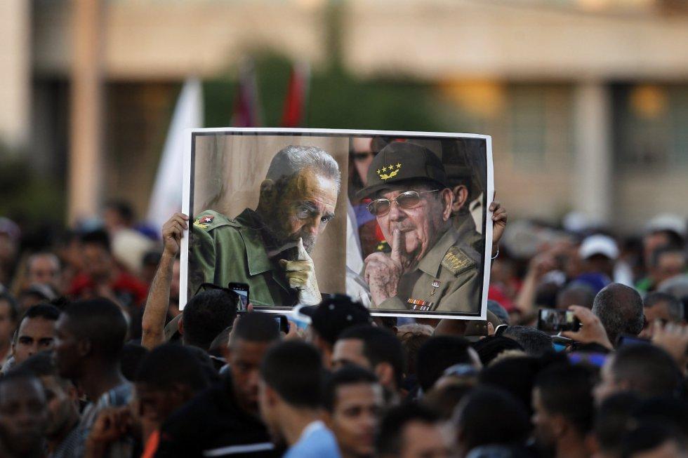 Miles de cubanos asisten al acto de despedida del líder cubano Fidel Castro hoy, martes 29 de noviembre de 2016, en la Plaza de la Revolución en La Habana (Cuba).