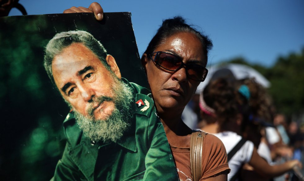 Una mujer sostiene una imagen del fallecido líder cubano Fidel Castro durante los homenajes en la Plaza de la Revolución en La Habana (Cuba).