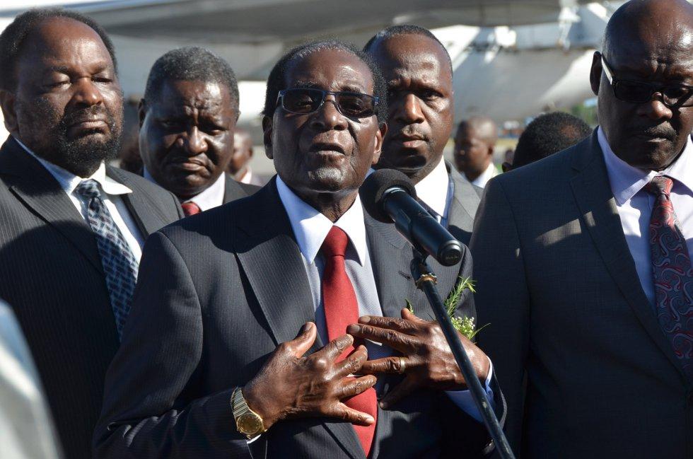 El presidente de Zimbabue, Robert Mugabe, ofrece declaraciones a su llegada al Aeropuerto Internacional José Martí, en La Habana (Cuba).