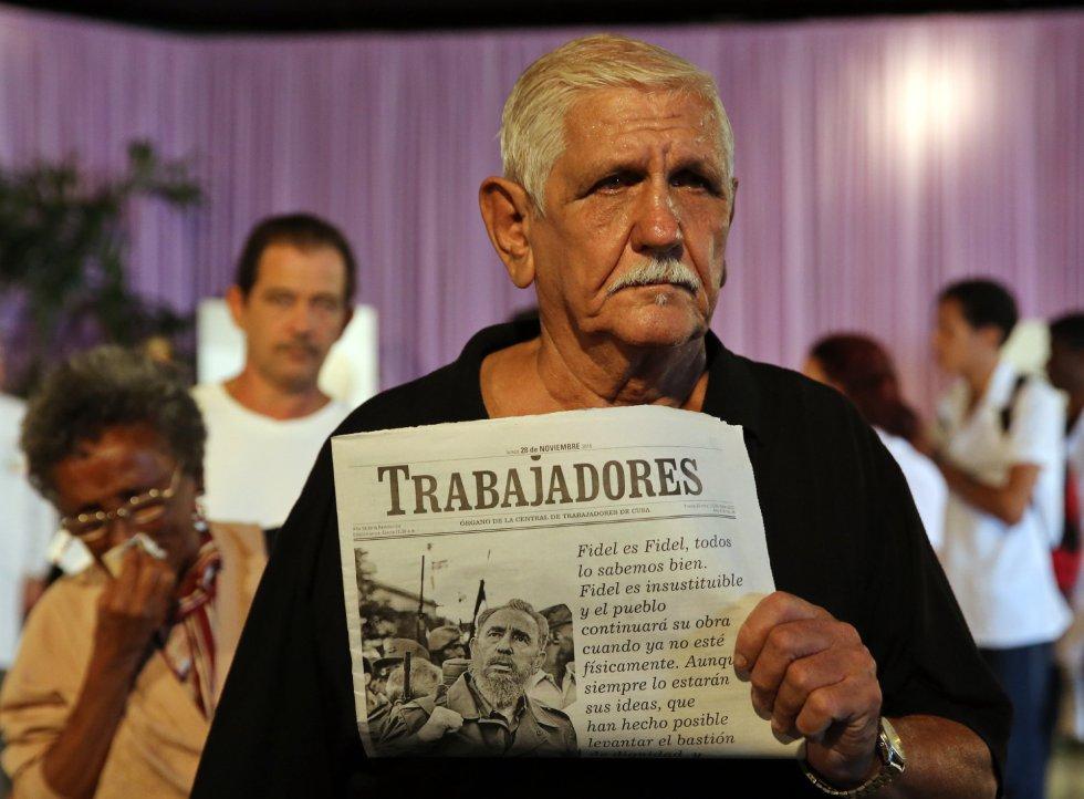 Un hombre rinde tributo al fallecido líder cubano Fidel Castro durante los homenajes en la Plaza de la Revolución en La Habana (Cuba).