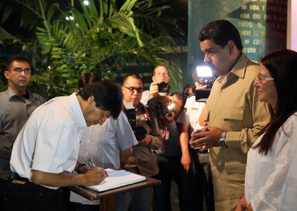 El presidente de Bolivia, Evo Morales, y su homólogo de Venezuela, Nicolás Maduro, firman un libro de condolencias durante los homenajes al fallecido líder cubano Fidel Castro en la Plaza de la Revolución en La Habana (Cuba).