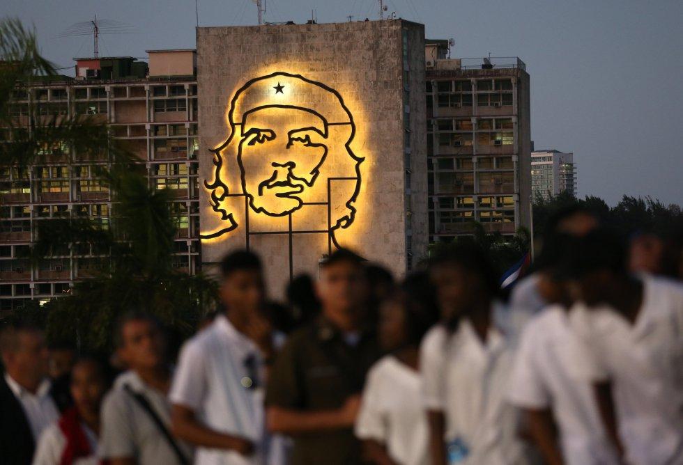 Cubanos participan en las honras fúnebres al fallecido líder de la revolución cubana Fidel Castro en Plaza de la Revolución de La Habana (Cuba).