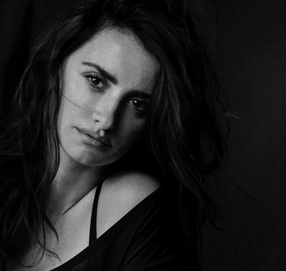 La actriz española Penélope Cruz es una de las protagonsitas Calendario Pirelli 2017, obra del fotógrafo alemán Peter Lindbergh. Todas las fotos son en blanco y negro y las actrices posan sin maquillaje.