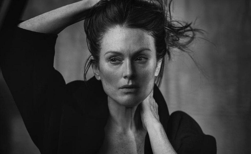 Julianne Moore posa para el calendario Pirelli, que nació en 1964 como un símbolo del erotismo, esa tendencia se deja a un lado desde hace unos años.