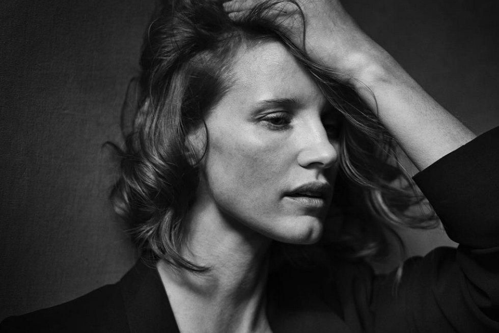 """El retrato de Jessica Chastain, que como los otros, se centra en una fotografía """"no sobre cuerpos perfectos"""", pero sí capaz de """"desnudar el alma de las personas, dejándolas así más desnudas que un desnudo."""