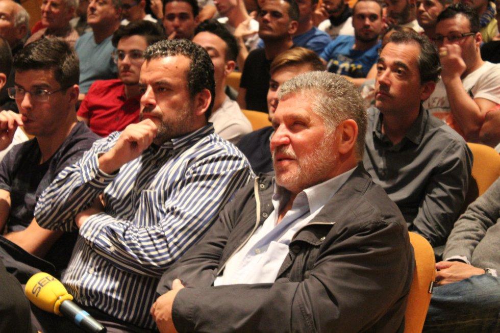 El padre de Raúl Lizoain junto al periodista de la SER, Rafa León