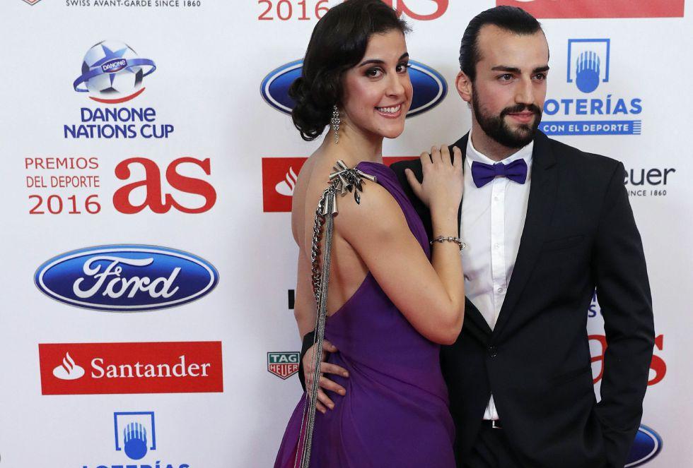 Carolina Marín posa junto a su acompañante ante los medios