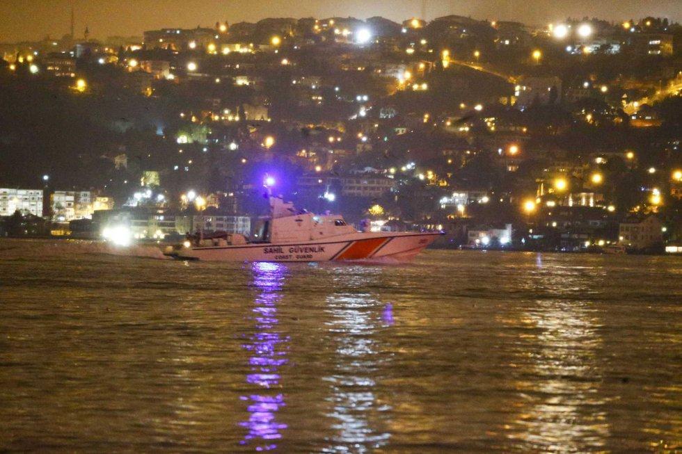 Un barco policial patrulla en el estrecho del Bósforo después del ataque a una discoteca en Estambul.