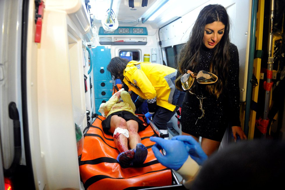 Equipos de emergencia trasladan a una mujer herida en el ataque a una fiesta de Nochevieja en Estambul.