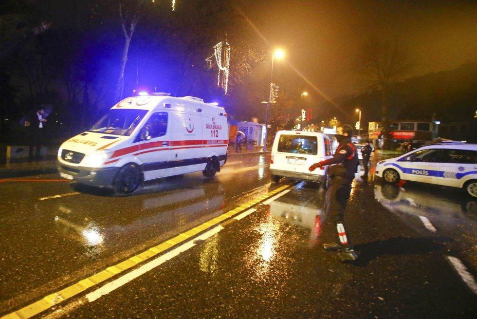 Una ambulancia llega a la discoteca donde varios desconocidos han abierto fuego durante una fiesta de Nochevieja.
