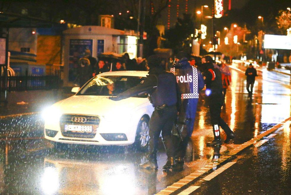 Control policial junto a la discoteca atacada en Estambul.