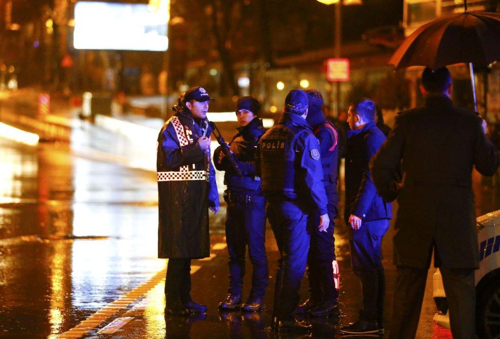 Varios agentes de policía, cerca del club donde ha tenido lugar el ataque a la fiesta de Nochevieja en Estambul.