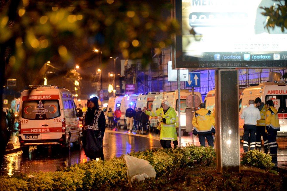 Los equipos de emergencia, junto al club atacado en Estambul.
