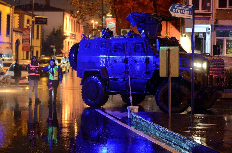 Una patrulla policial, en la zona cercana a la fiesta de Nochevieja donde se ha producido el ataque terrorista en Estambul.