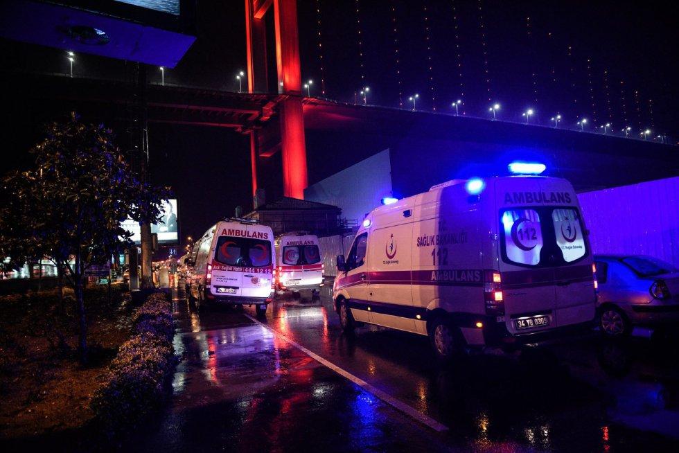 Varias ambulancias trasladan a los heridos en el ataque a una fiesta de Nochevieja en Estambul.