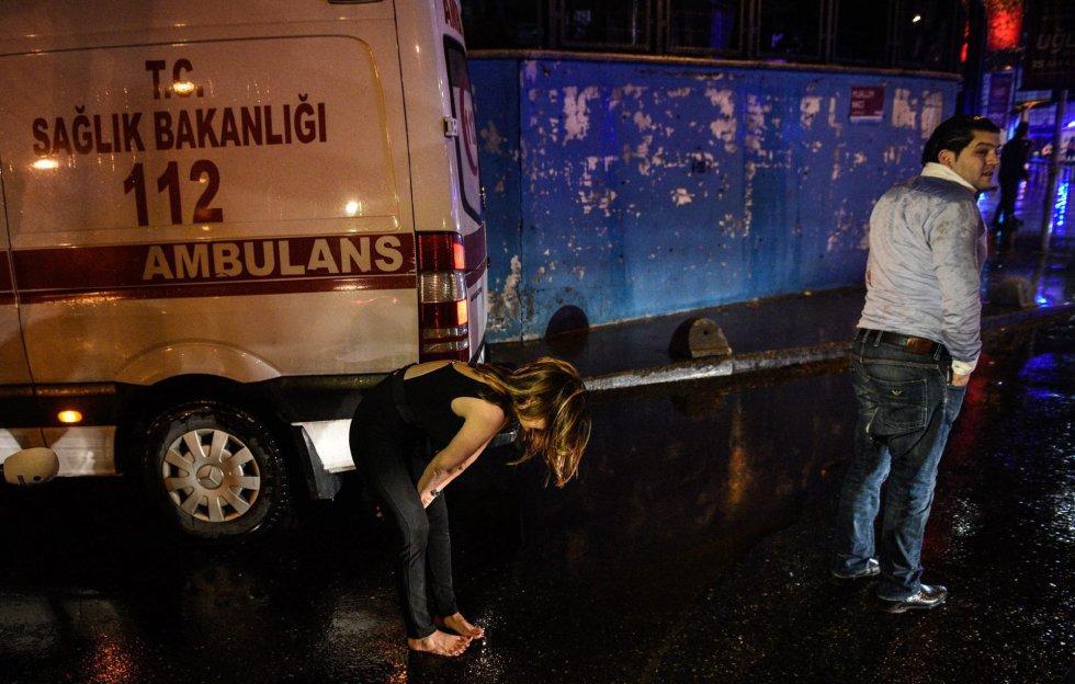 Varios asistentes a la fiesta de Nochevieja atacada, junto a las ambulancias en las inmediaciones del club Reina.
