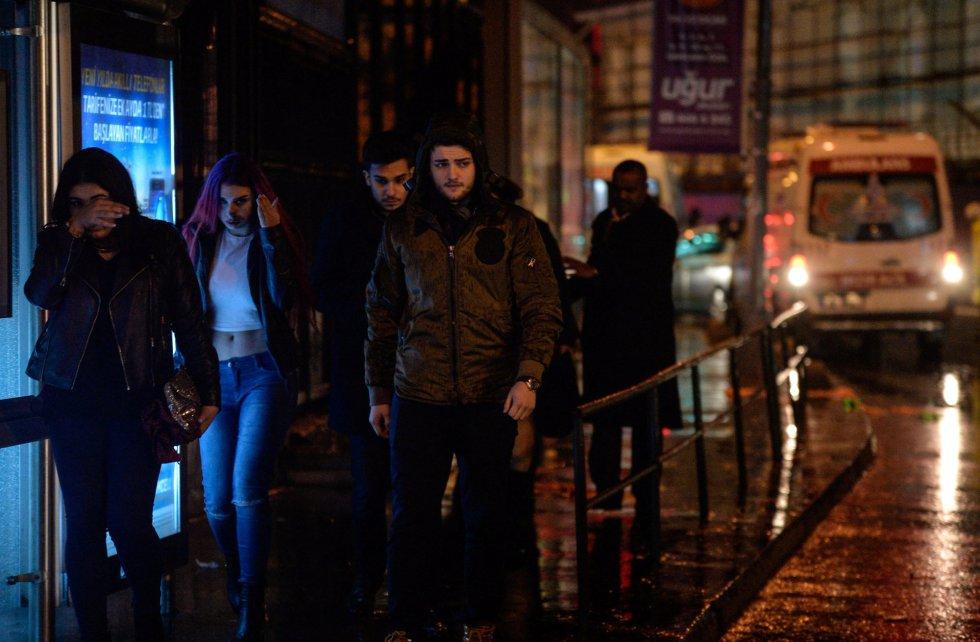 Varias personas abandonan la sala de fiestas atacada durante la Nochevieja en Estambul.