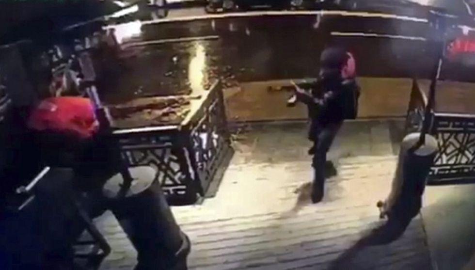 El terrorista fue captado por una cámara de seguridad de la sala Reina. El ataque ha sido reivindicado por el Dáesh.