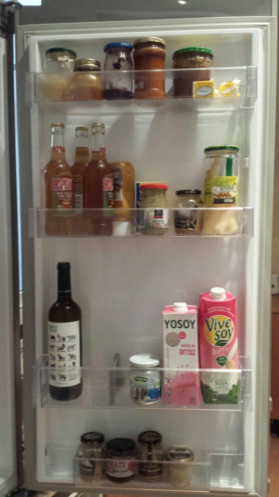 Leche de soja y condimentos varios en la puerta de la nevera de Olga Nebra