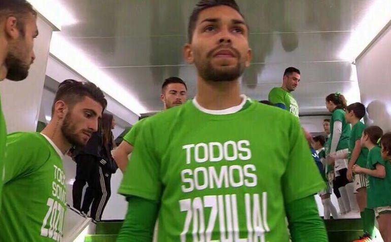 Petros posa con la camiseta en apoyo a Zozulya