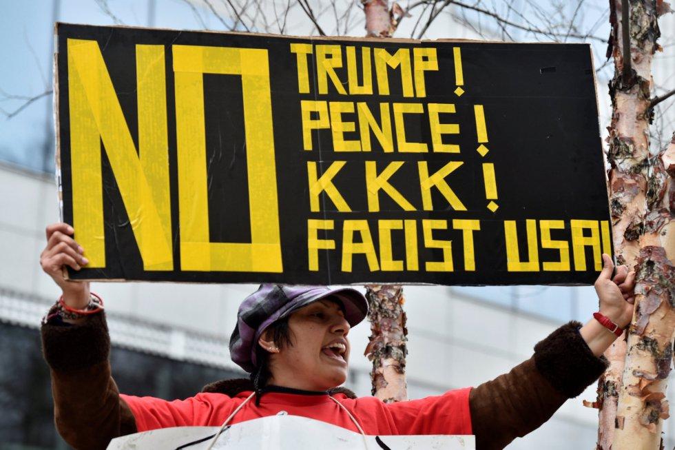"""Un manifestante compara a Trump y Pence con el Ku Klux Klan (KKK) y muestra su rechazo al """"fasismo""""."""