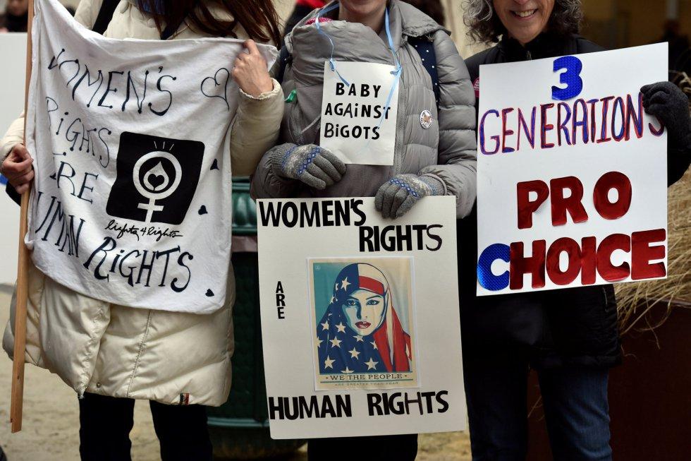 Pancartas en defensa de los derechos de la mujer.