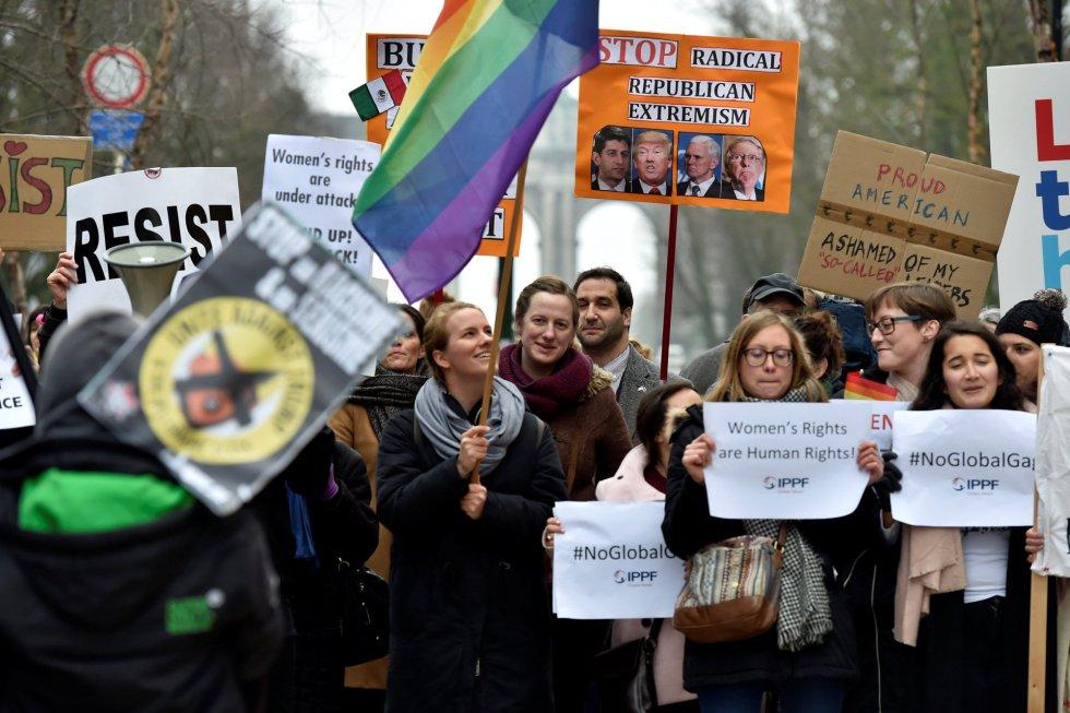 Decenas de personas protestan contra las políticas de Donald Trump en Bruselas ante la visita de su vicepresidente, Mike Pence, que se reunirá con los líderes de las instituciones europeas.