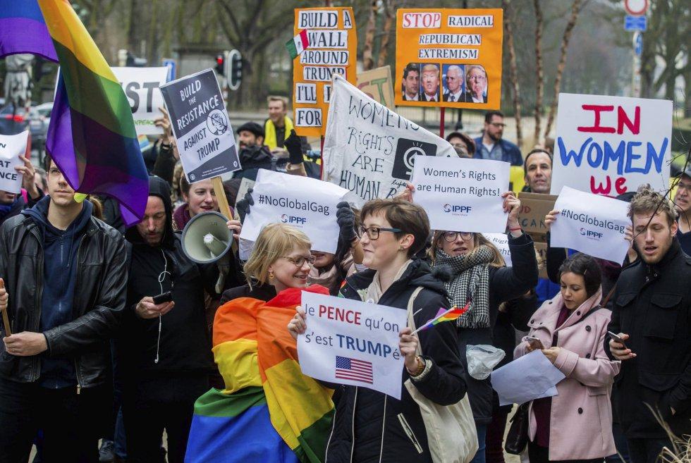 Varios activistas muestran una pancarta contra las políticas estadunidenses en el ámbito de la visita del vicepresidente de EE.UU., Mike Pence, a la Comisión Europea, en Bruselas (Bélgica).