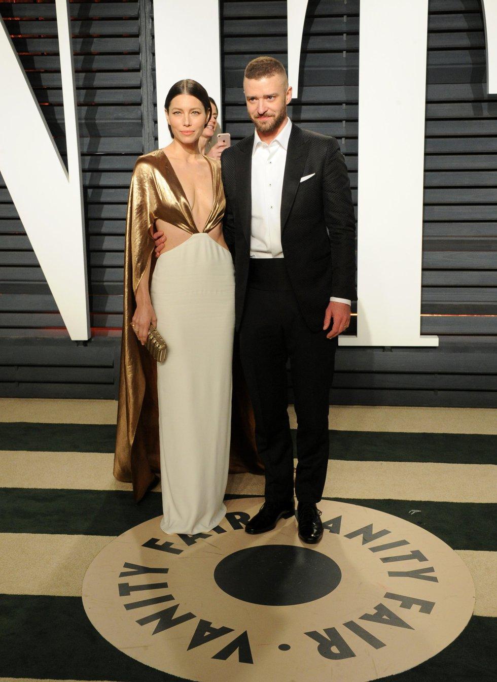 La actriz Jessica Biel con el cantante Justin Timberlake en la fiesta de Vanity Fair.