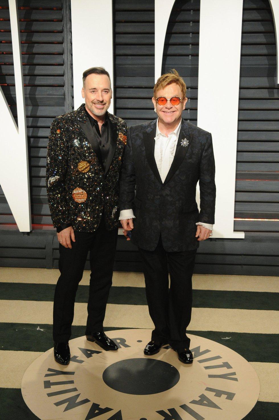 El director David Furnish y el artista Elton John en la fiesta de Vanity Fair.