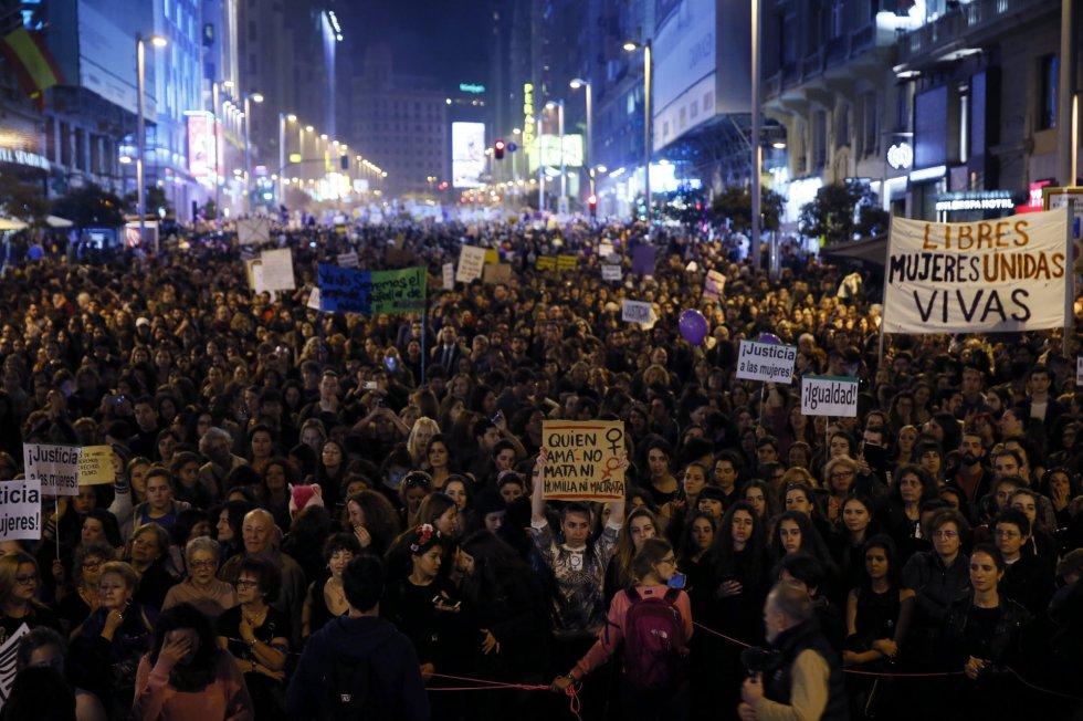 Vista general (a su paso por la Gran Vía madrileña) de la manifestación