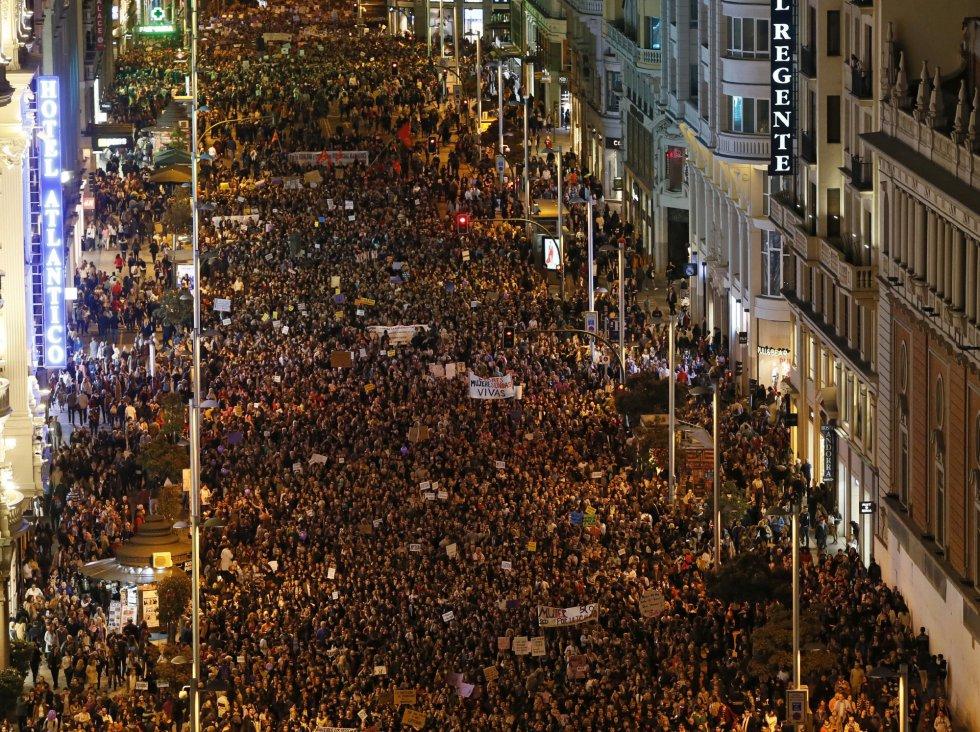 Vista general (a su paso por la Gran Vía madrileña) de la masiva manifestación