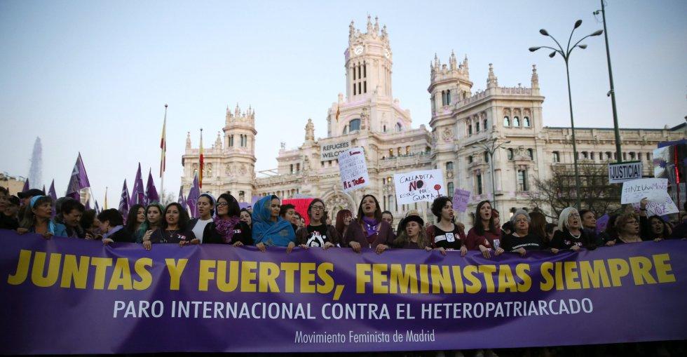 """""""Juntas y fuertes, feministas siempre"""", la cabecera de la marcha en Madrid"""