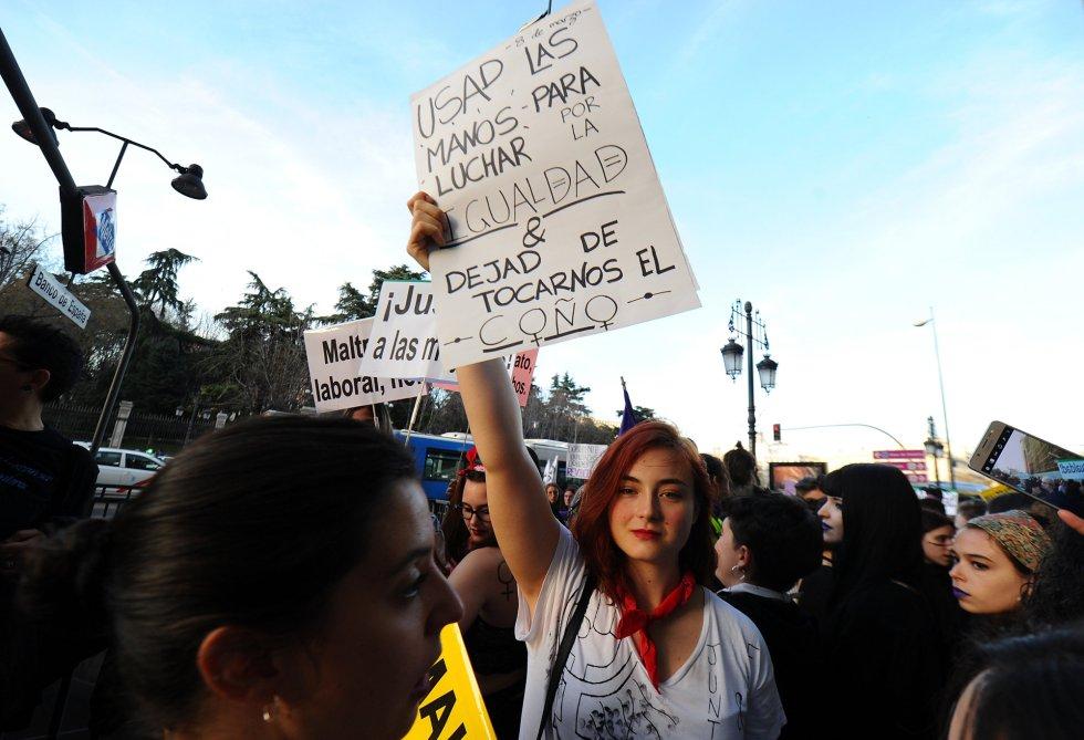 """""""Usad las manos para luchar por la igualdad, dejad de tocarnos el coño"""", levanta en un cartel una joven"""