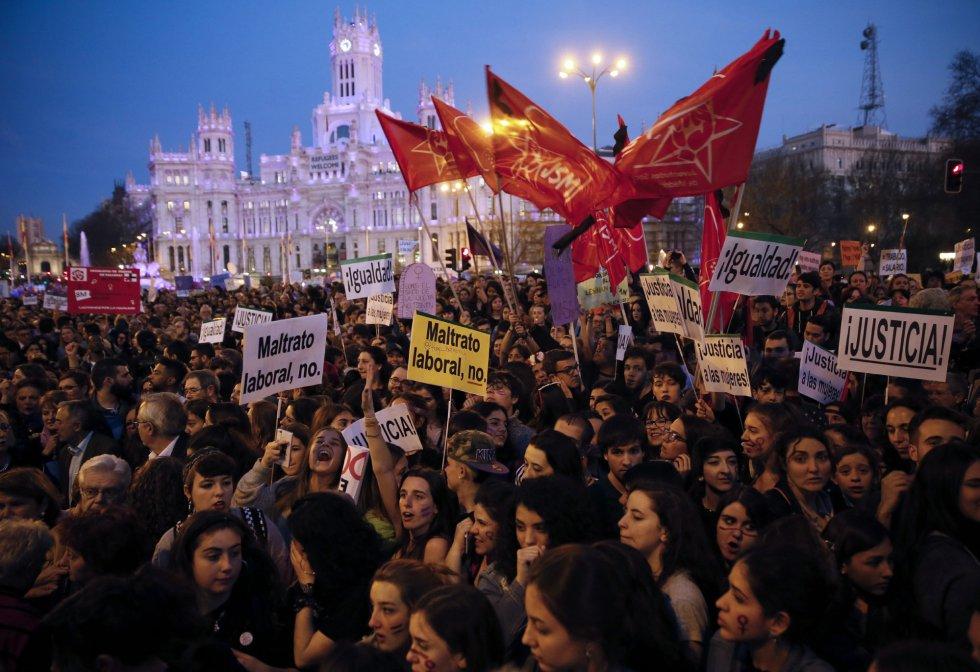 Vista general de la marcha con el palacio de Cibeles de Madrid de fondo