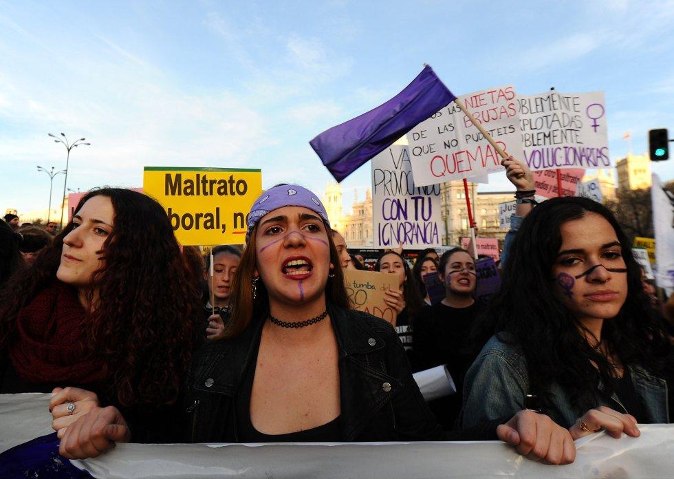 Pañueños y banderas moradas para gritar por la igualdad de las mujeres