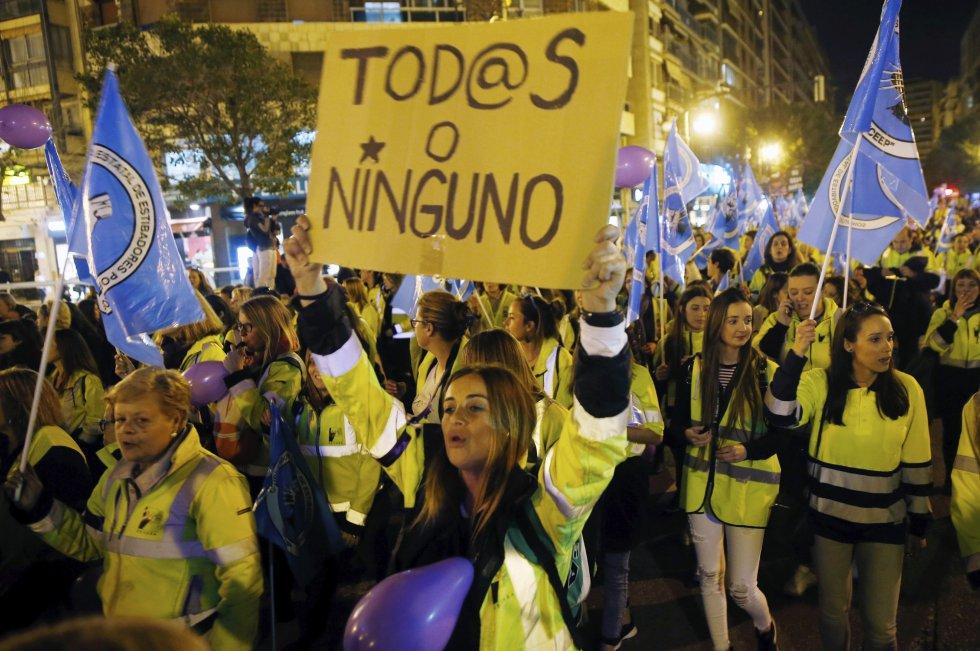"""""""Tod@s o ninguno"""", muestra en un cartel una mujer en Valencia, cuya marcha se ha acordado de las refugiadas"""