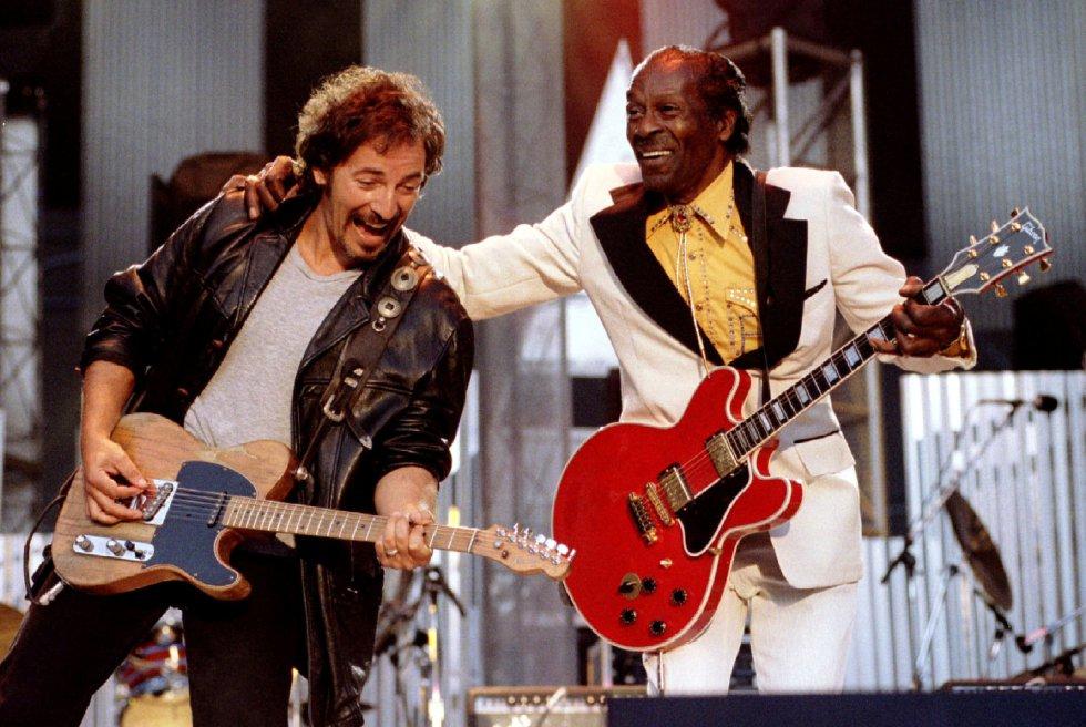 "Bruce Springsteen y Chuck Berry cantan ""Johnny B. Good"" en septiembre de 1995 en Cleveland."