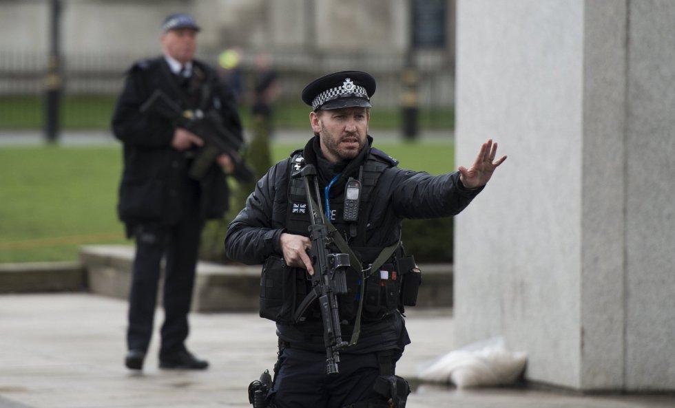 """Un policía ha sido apuñalado ante el Parlamento y el atacante """"ha sido disparado"""" por las fuerzas del orden, según dijo el líder de la Cámara de los Comunes, el diputado conservador David Lidington."""