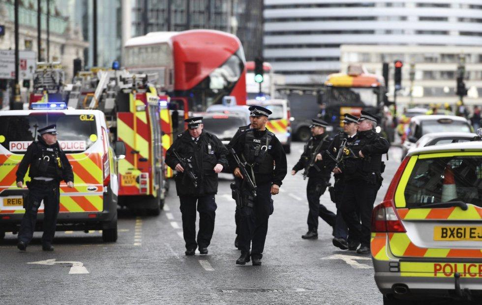 Los servicios de emergencia atienden a los heridos.