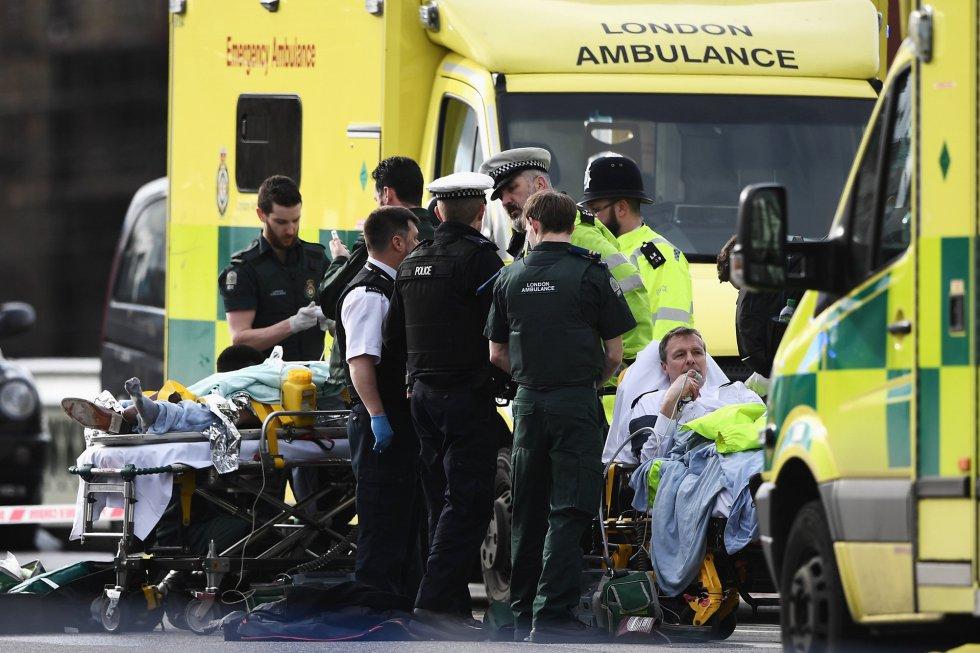 Un policía ha sido apuñalado por un agresor que ha sido disparado por agentes. Además, varias personas más han sido atropelladas por un coche.